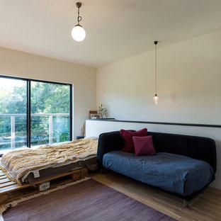 他の地域のエクレクティックスタイルのおしゃれなリビング (白い壁、無垢フローリング、茶色い床) の写真