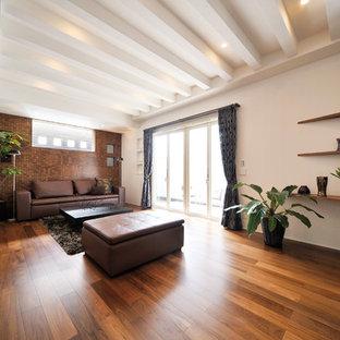 名古屋のアジアンスタイルのおしゃれなLDK (茶色い壁、無垢フローリング、茶色い床) の写真