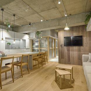 東京23区のアジアンスタイルのおしゃれなLDK (白い壁、淡色無垢フローリング、壁掛け型テレビ、茶色い床) の写真