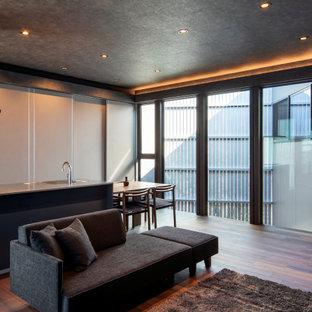 Идея дизайна: гостиная комната в современном стиле с серыми стенами, полом из фанеры, коричневым полом, потолком с обоями и обоями на стенах
