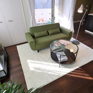 Kleines, Offenes Modernes Wohnzimmer mit Hausbar, blauer Wandfarbe und Sperrholzboden in Osaka