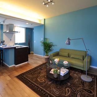 大阪の小さいトランジショナルスタイルのおしゃれなLDK (青い壁、淡色無垢フローリング) の写真