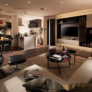 他の地域のコンテンポラリースタイルのおしゃれなリビング (マルチカラーの壁、無垢フローリング、壁掛け型テレビ、茶色い床) の写真