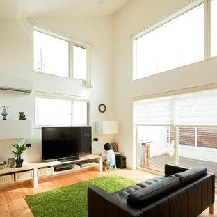 他の地域のモダンスタイルのリビング・居間の画像 (白い壁、無垢フローリング、据え置き型テレビ、LDK、茶色い床)