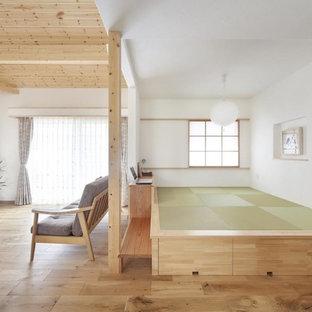 他の地域のカントリー風おしゃれなリビング (フォーマル、白い壁、無垢フローリング、暖炉なし、据え置き型テレビ、茶色い床) の写真