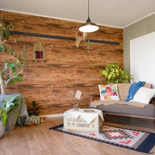 他の地域の北欧スタイルのおしゃれなリビング (茶色い壁、淡色無垢フローリング、茶色い床) の写真