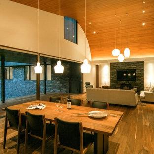 Idee per un soggiorno minimal aperto con pareti beige, pavimento in legno massello medio, parete attrezzata e nessun camino