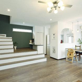 他の地域の北欧スタイルのおしゃれなリビング (白い壁、茶色い床、濃色無垢フローリング) の写真