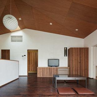 他の地域のアジアンスタイルのおしゃれなリビング (白い壁、濃色無垢フローリング、据え置き型テレビ、茶色い床) の写真