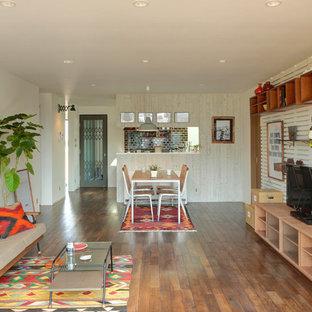 他の地域のトラディショナルスタイルのおしゃれなLDK (白い壁、無垢フローリング、暖炉なし、据え置き型テレビ、茶色い床) の写真