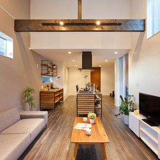 他の地域のモダンスタイルのおしゃれなLDK (マルチカラーの壁、塗装フローリング、グレーの床) の写真