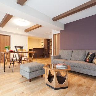 東京23区のトランジショナルスタイルのおしゃれなリビング (紫の壁、淡色無垢フローリング、茶色い床) の写真