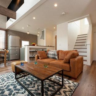 他の地域の中くらいのインダストリアルスタイルのおしゃれなLDK (グレーの壁、暖炉なし、テレビなし、茶色い床) の写真