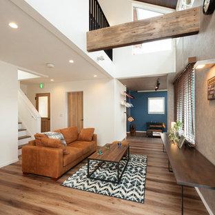 Idee per un soggiorno industriale di medie dimensioni e aperto con pareti grigie, nessun camino, nessuna TV e pavimento marrone