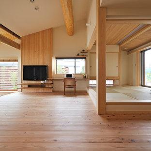 他の地域, のアジアンスタイルのおしゃれなリビング (ベージュの壁、淡色無垢フローリング、壁掛け型テレビ、ベージュの床) の写真