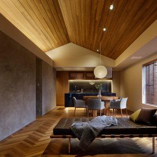 他の地域の中くらいのコンテンポラリースタイルのおしゃれなLDK (合板フローリング、茶色い床、茶色い壁) の写真