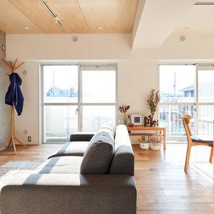 他の地域のコンテンポラリースタイルのおしゃれなLDK (グレーの壁、ベージュの床、淡色無垢フローリング) の写真