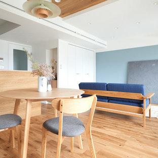 他の地域の北欧スタイルのおしゃれなLDK (青い壁、淡色無垢フローリング、ベージュの床) の写真