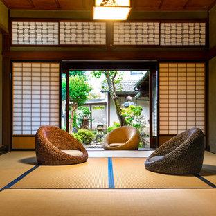 東京都下の和風のおしゃれなリビング (グレーの壁、テレビなし、茶色い床) の写真