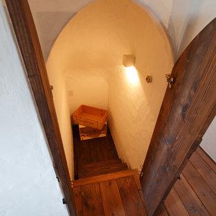Cette image montre une cave à vin style shabby chic avec un sol en bois foncé.