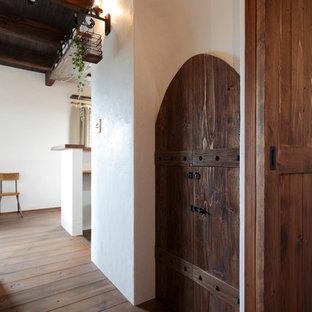 Immagine di una cantina stile shabby con pavimento in legno massello medio