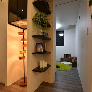 Idée de décoration pour une cave à vin minimaliste avec un sol en contreplaqué et un sol gris.