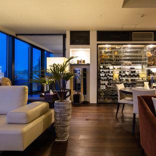 他の地域のコンテンポラリースタイルのワインセラーの画像 (無垢フローリング、ディスプレイラック、茶色い床)