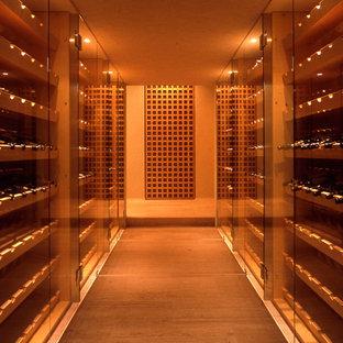 横浜のコンテンポラリースタイルのおしゃれなワインセラー (ワインラック、グレーの床) の写真