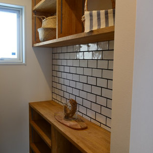 Foto de bodega industrial, de tamaño medio, con suelo de baldosas de cerámica, vitrinas expositoras y suelo negro