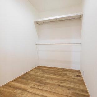 他の地域の男女兼用おしゃれなウォークインクローゼット (オープンシェルフ、白い床、クロスの天井) の写真