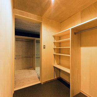 Ejemplo de armario y vestidor asiático con suelo de madera clara