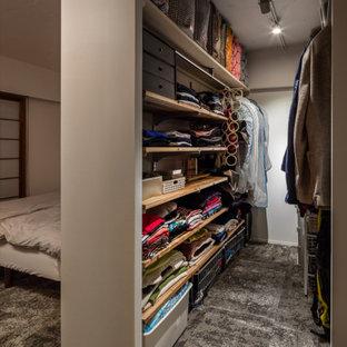 Foto di una piccola cabina armadio unisex minimalista con nessun'anta, moquette, pavimento grigio e travi a vista
