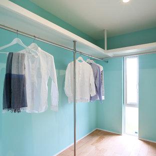 Diseño de armario vestidor unisex, minimalista, pequeño, con suelo de madera clara y suelo beige