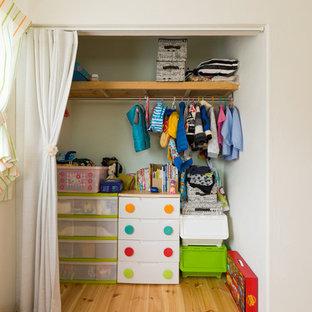Ejemplo de armario y vestidor rústico con suelo de madera en tonos medios y suelo multicolor
