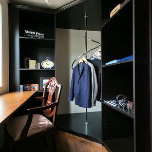 東京23区の男性用トラディショナルスタイルのおしゃれな収納・クローゼット (オープンシェルフ、無垢フローリング、茶色い床) の写真