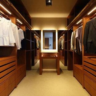 他の地域のコンテンポラリースタイルのおしゃれな収納・クローゼット (フラットパネル扉のキャビネット、中間色木目調キャビネット、ベージュの床) の写真