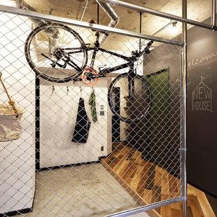 Foto di piccoli armadi e cabine armadio unisex industriali con pavimento in legno massello medio