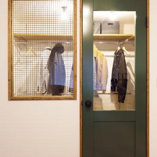Foto di una piccola cabina armadio unisex industriale