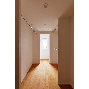 Foto på ett funkis walk-in-closet, med plywoodgolv