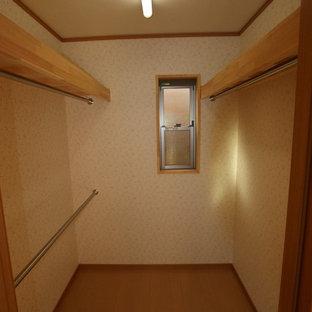 Inspiration för garderober för könsneutrala, med släta luckor, skåp i mellenmörkt trä och plywoodgolv