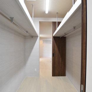 Diseño de armario vestidor unisex, minimalista, con suelo de contrachapado y suelo blanco
