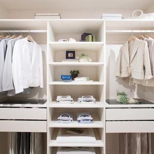 Foto de armario unisex, escandinavo, con armarios abiertos y puertas de armario blancas