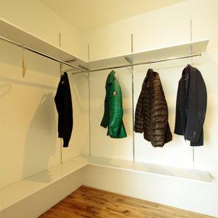 Idéer för en garderob, med mellanmörkt trägolv
