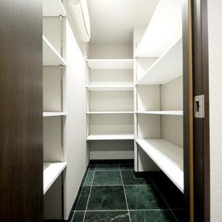 Foto de armario vestidor minimalista con suelo de baldosas de cerámica y suelo verde