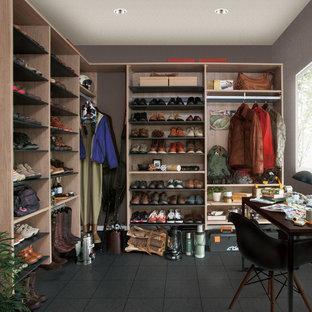 他の地域のコンテンポラリースタイルのおしゃれな収納・クローゼット (オープンシェルフ、グレーの床) の写真