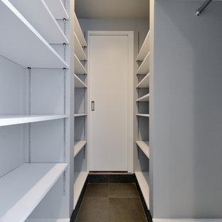 Idéer för ett modernt walk-in-closet för könsneutrala, med öppna hyllor, vita skåp, klinkergolv i porslin och svart golv