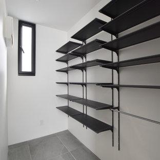Esempio di una cabina armadio unisex moderna con nessun'anta, ante nere, pavimento in gres porcellanato e pavimento grigio