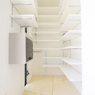 Réalisation d'un placard dressing minimaliste neutre avec béton au sol et un sol jaune.
