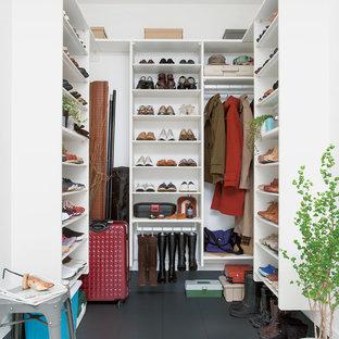 Ejemplo de armario vestidor moderno con armarios abiertos y suelo gris