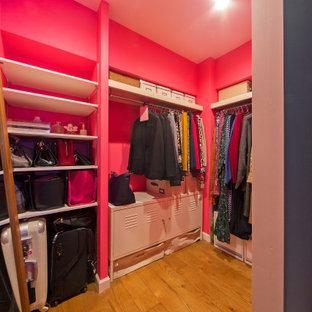 Diseño de armario vestidor de mujer, urbano, pequeño, con suelo de madera en tonos medios y suelo marrón
